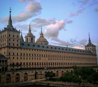 Suite El Escorial in garden with swimming pool. - El Escorial