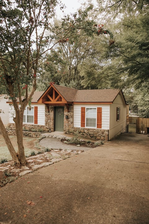 NEW! The Woodlawn Guest Cottage | ❤️ of Hot Springs