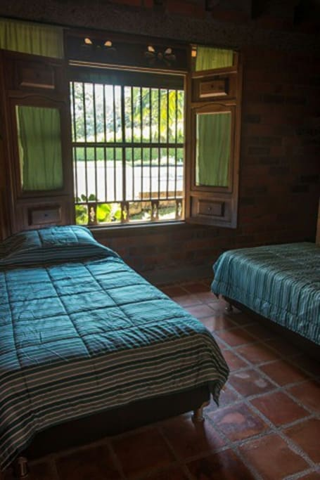 cuarto con dos camas sencillas