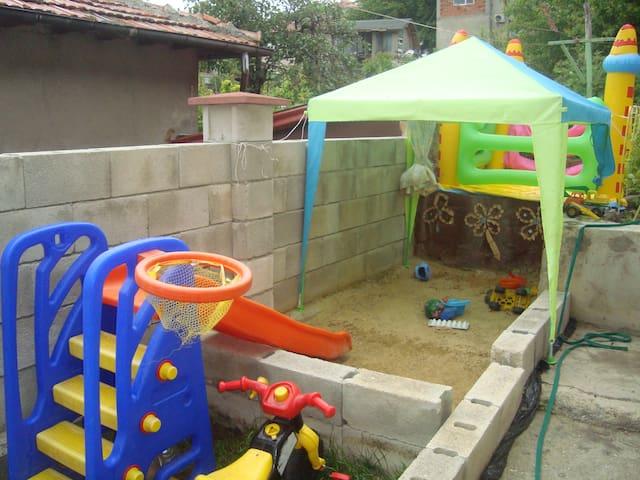 Отдых с детьми–отдельний апартамент в доме с двор - Balchik - Apartmen