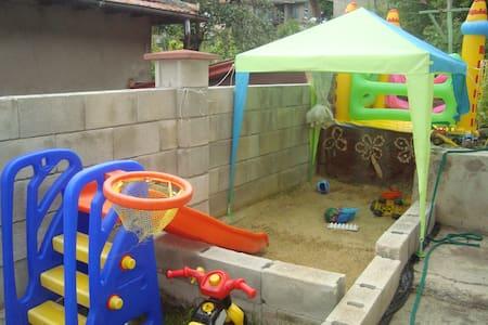 Отдых с детьми–отдельний апартамент в доме с двор - Balchik - Lägenhet