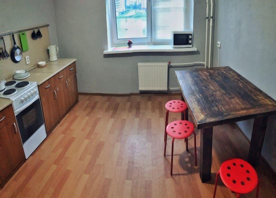 Просторная кухня с большим столом