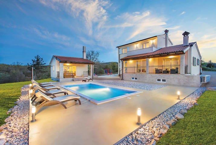 3 bedroom Villa sleeps 6 in Hrvatini