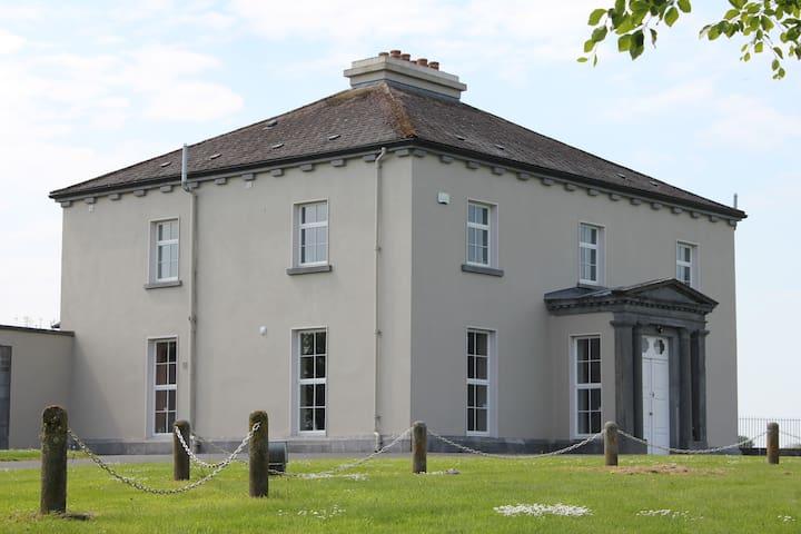 Woodville house    Oak Room (1 of 4 rooms)