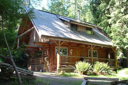 the Little Log Cabin, private, peaceful, cozy - Pender Island