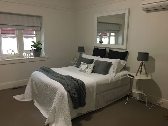 •beautiful central home• - North Albury - Ev