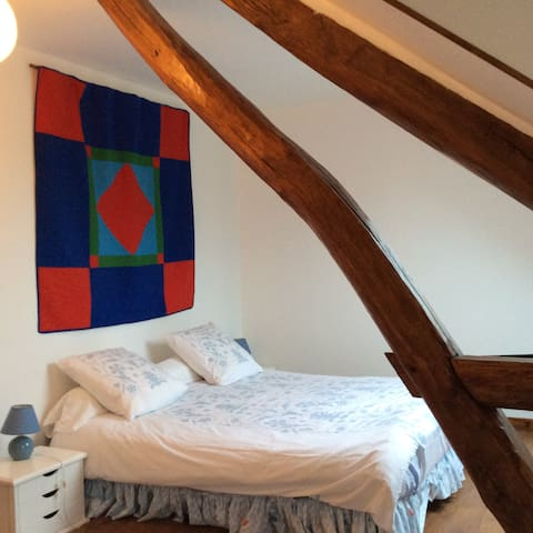 Chambre principale avec poutres et vue étang - bedroom with wooden beams and lake view