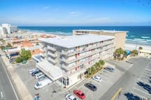 BUILDING WITH DIRECT ACCESS TO THE BEACH!