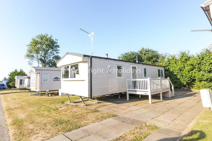 Superb 6 berth, dog friendly caravan for hire by the beach in Norfolk ref 50008M