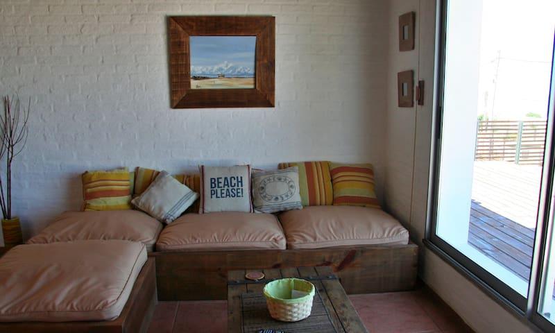 Living con puerta ventana al deck. Inmejorable vista al mar