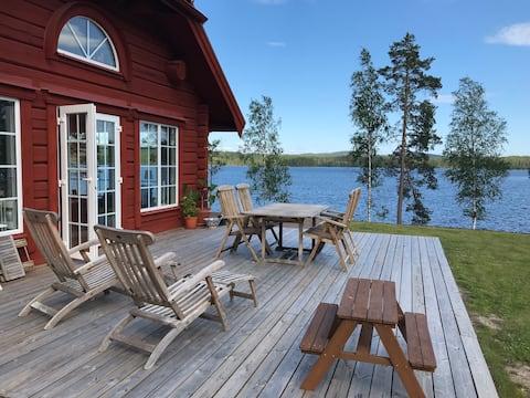Feriehus med søtomt. Svømmebro, båd og fiskeri!