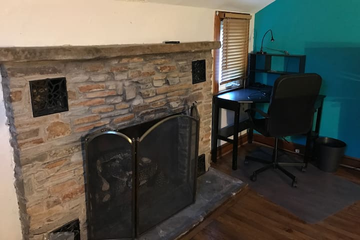 Convenient/Cozy Chalet-Style Apartment w/Fireplace - Falls Church