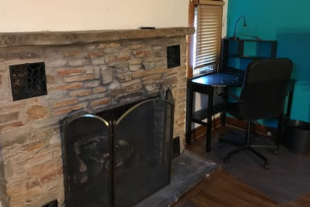 Convenient/Cozy Chalet-Style Apartment w/Fireplace