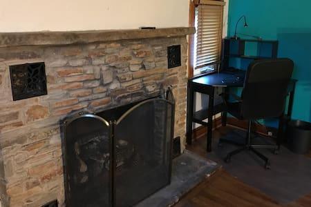 Convenient/Cozy Chalet-Style Apartment w/Fireplace - Falls Church - Gjestehus