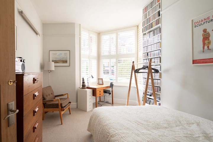 Peaceful double room in large ground floor flat