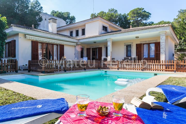 5 bedrooms villa with large pool