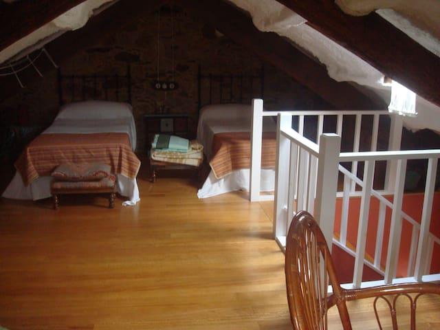 Buhardilla dos camas, espacio abierto para juegos.