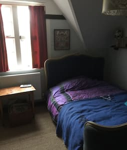 Cozy double bed in Arts and Crafts family home - Steep - 家庭式旅館