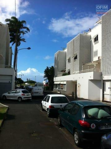 Bel appartement à Champ Fleurie vue mer - Sainte Clotilde - Huoneisto