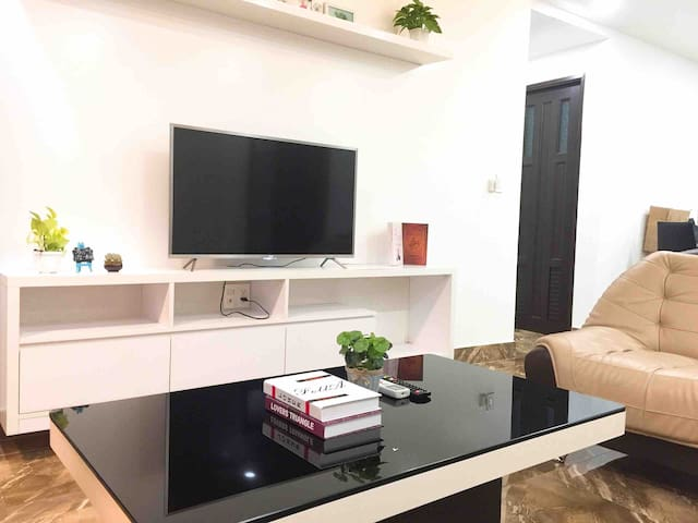Master bedroom -Cozy service apartment -China town