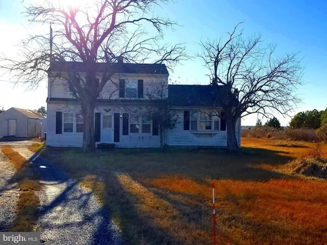 Country House Getaway w/17 acres Fishing & Hunting