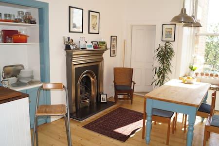 Bright, airy 2 bedroom Victorian flat near beach - Edimburgo