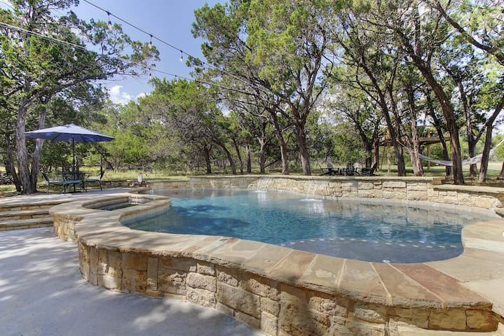 Beautiful Manor,Cottage& Pool by Whitetail Rentals