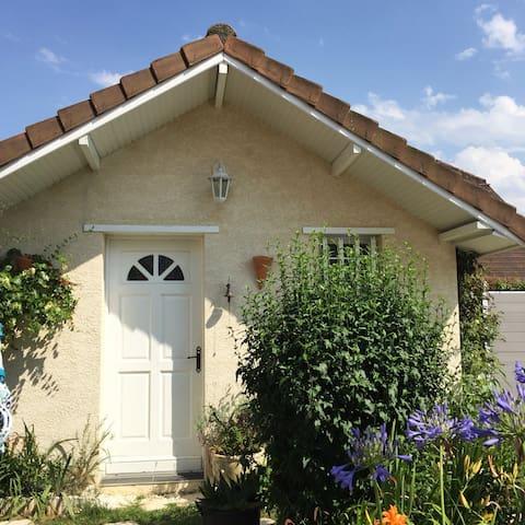 Studio indépendant avec accès à la piscine