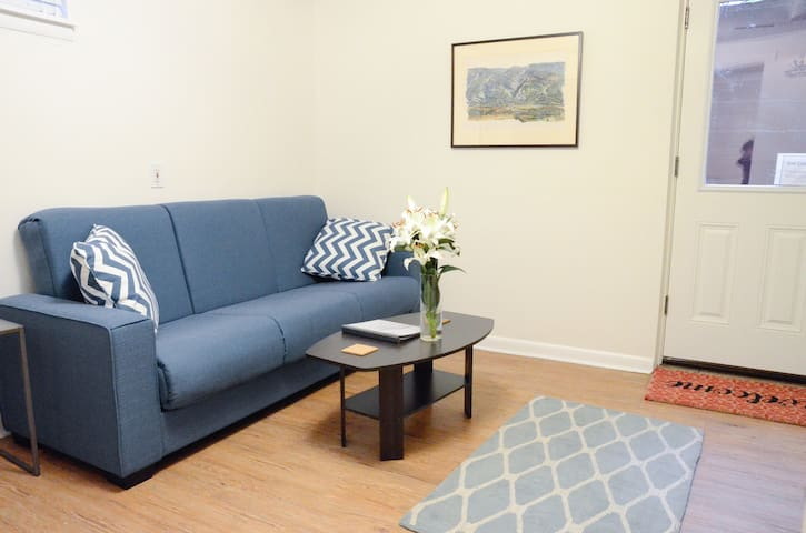 Private Golden Apt- walk to town/college & hiking