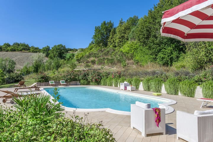 Plush Holiday Home in Belforte all'Isauro with Swimming Pool