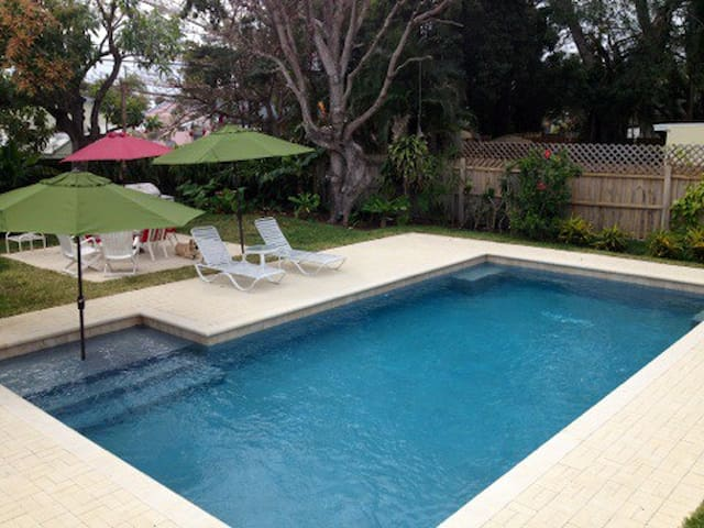 3/2 Beach, Pool, Rare Sea Creatures, Dogs Possible - Riviera Beach