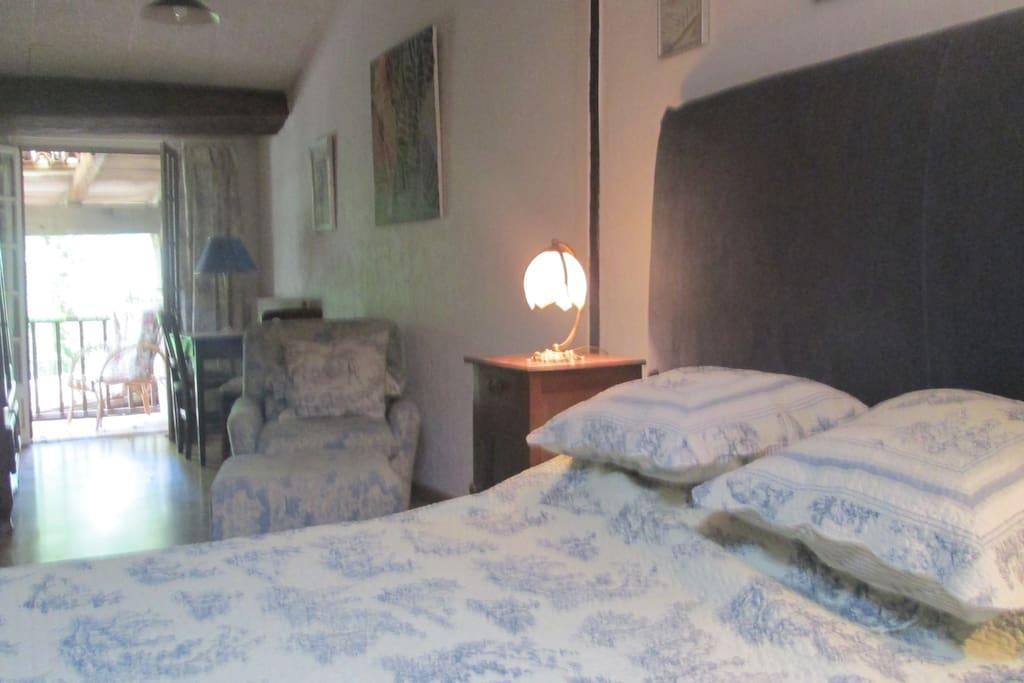 la chambre à l'étage avec 1 lit