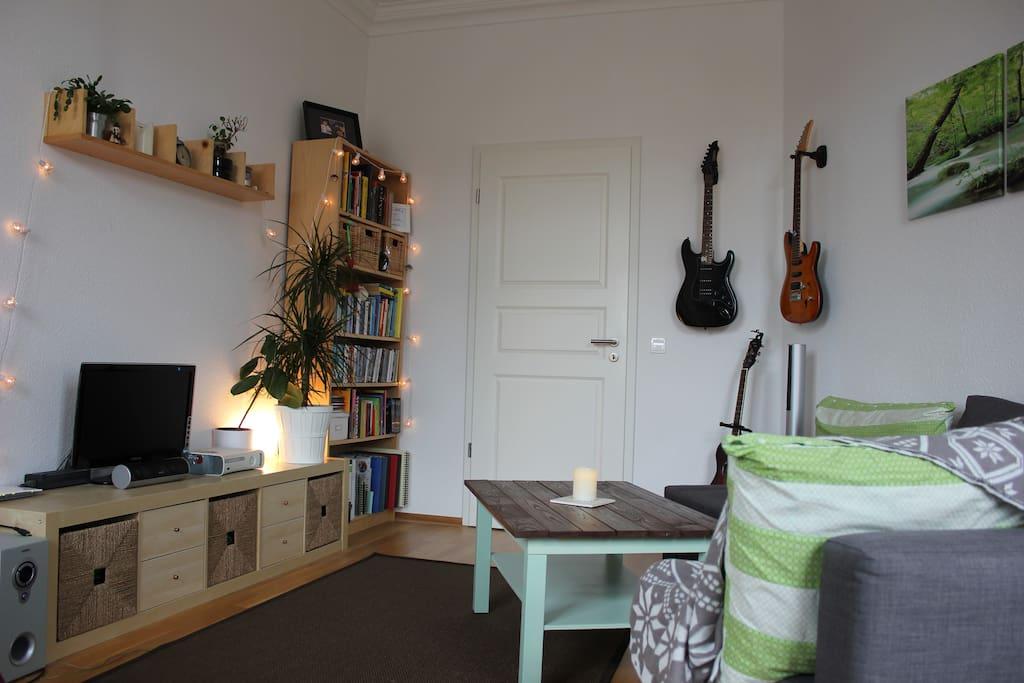 Wohnzimmer - Bücherregal, Fernseher und X-Box