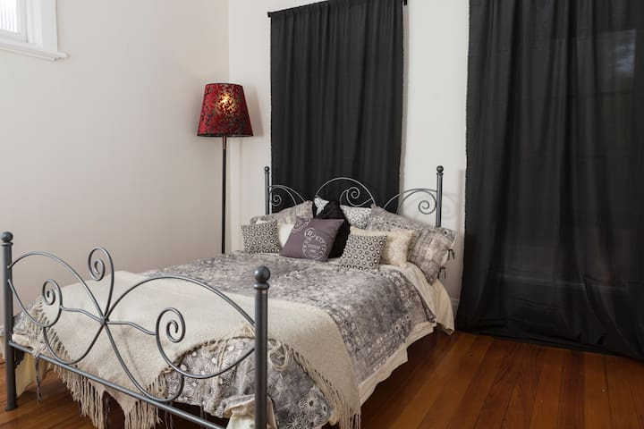 A large ensuite bedroom - Caulfield - House