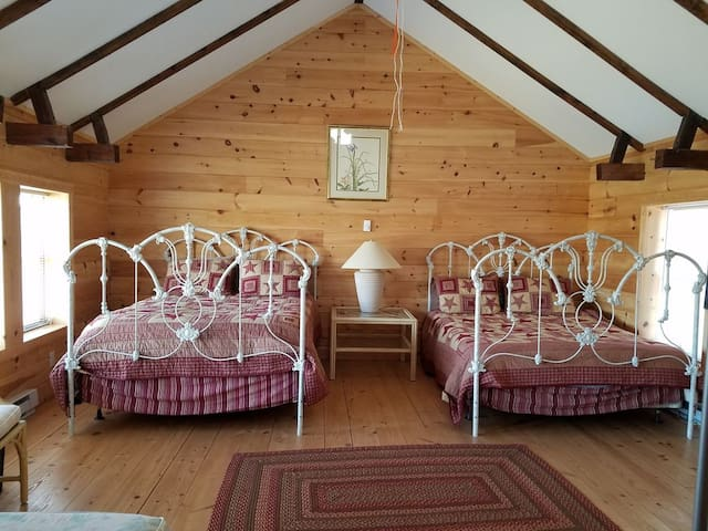 Two Queen Beds with Cotton Sheets and Quilts!