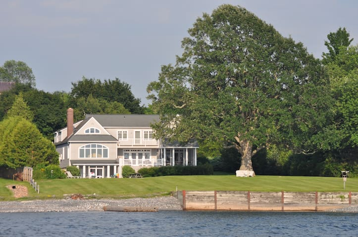Luxury home on Lake Champlain, sleeps 12 - Charlotte - Huis