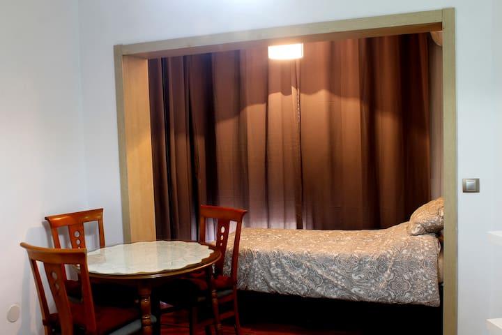 Cama individual y cortinado blackout