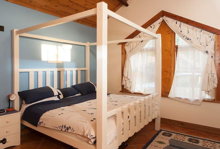 Main bedroom - Huge 8'x8' bed