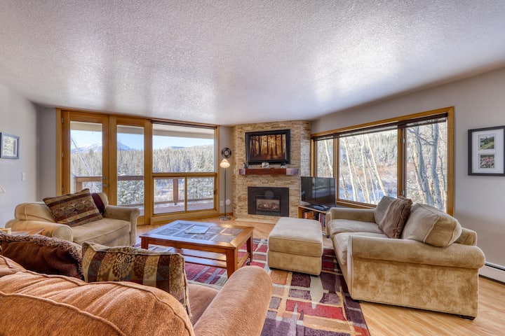 Mountain view condo w/ great balcony, grill & shared hot tub - bus to slopes!