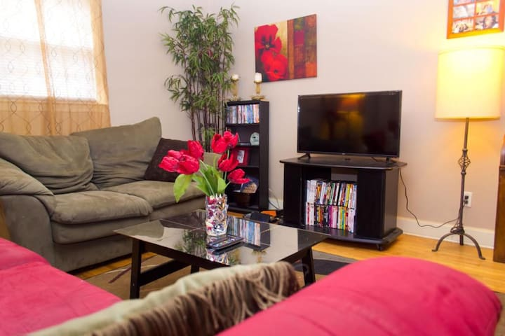 Nice Room, close to everything Minutes from uptown