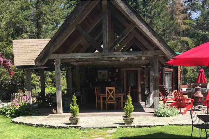 The Rooster Lodge - private guest cabin on 5 acres