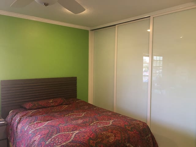 Master Bedroom (QB) in 5 bed Family Shared Home