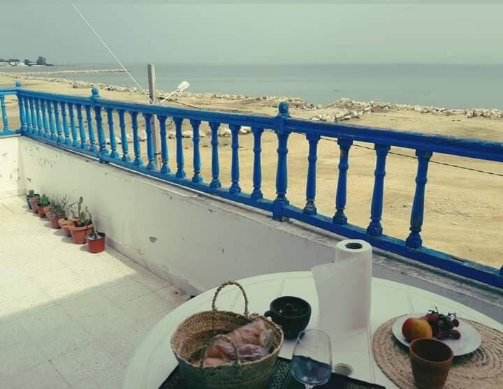Une belle chambre avec vue panoramique sur la mer