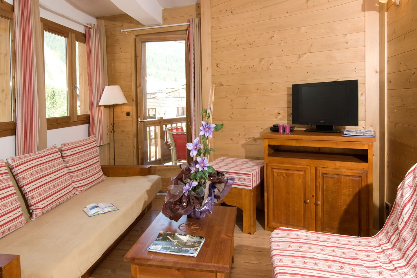 Welcome to our lovely apartment for 9 by the pistes!