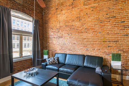 Bright Studio w/ Parking Steps from the Capitol!