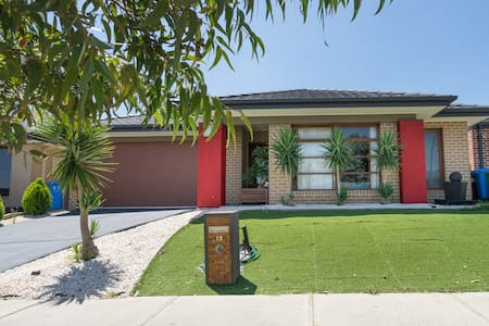 Luxurious 4 bedroom modern home - Cranbourne North