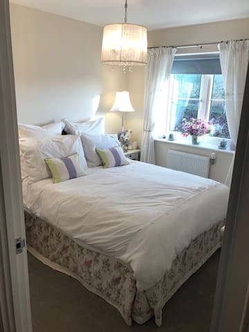 Double bedroom & private bathroom - Saffron Walden