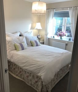 Double bedroom & private bathroom - Saffron Walden - Dom