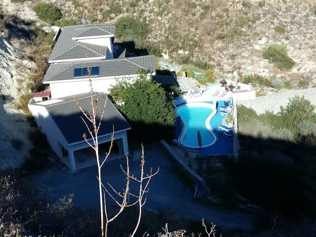A real spa villa, wild view, 5'drive to the city.