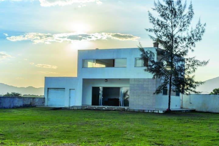 Beach House, Casa Moderna, beira mar e serra.